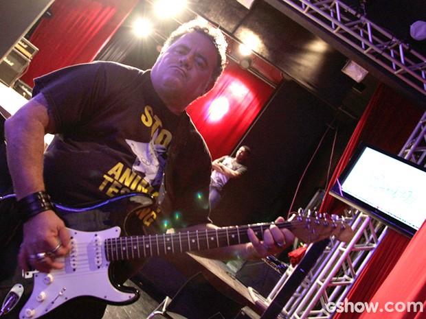 Como o ator, o personagem Nando Rocha tem rock'n'roll na veia (Foto: Raphael Dias / TV Globo)
