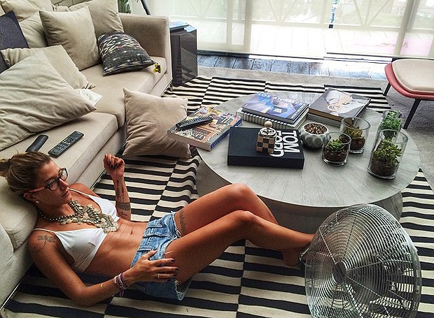 A blogueira fitness Gabriela Pugliesi curtindo seu apê, projetado pelo arquiteto Diego Revollo!  (Foto: Reprodução/Instagram)