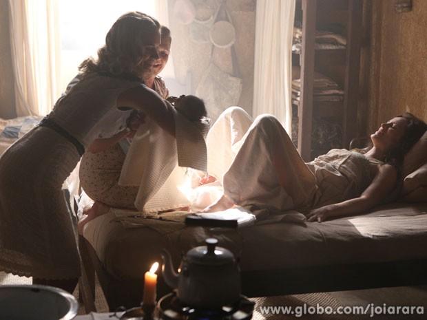 Amélia dá à luz a Pérola e Iolanda ajuda no parto (Foto: Joia Rara / Tv Globo)
