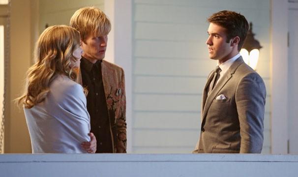 Emily aceita a aliança de Daniel ee compra passagens só de ida para Paris (Foto: Divulgação / Disney Media Distribution)