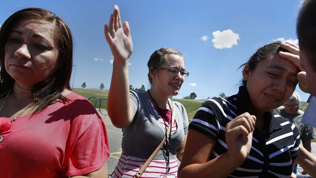 21 de julho - Familiares e amigos participam de vigília de orações às vítimas em Aurora, Colorado (Foto: Reuters/Shannon Stapleton)