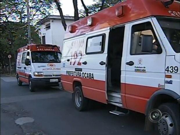 Ambulâncias aguardam por macas em frente ao Hospital Regional de Sorocaba (Foto: Reprodução/TV Tem)