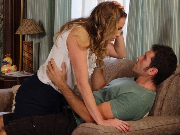 Vânia fica impressionada com pegada de Ulisses (Foto: Guerra dos Sexos / TV Globo)