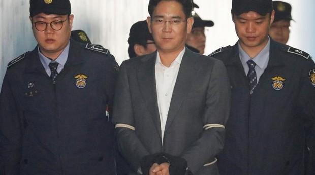 Em foto de arquivo, herdeiro do Grupo Samsung, Jay Y. Lee, chega em tribunal em Seul, Coreia do Sul (Foto: Reuters)