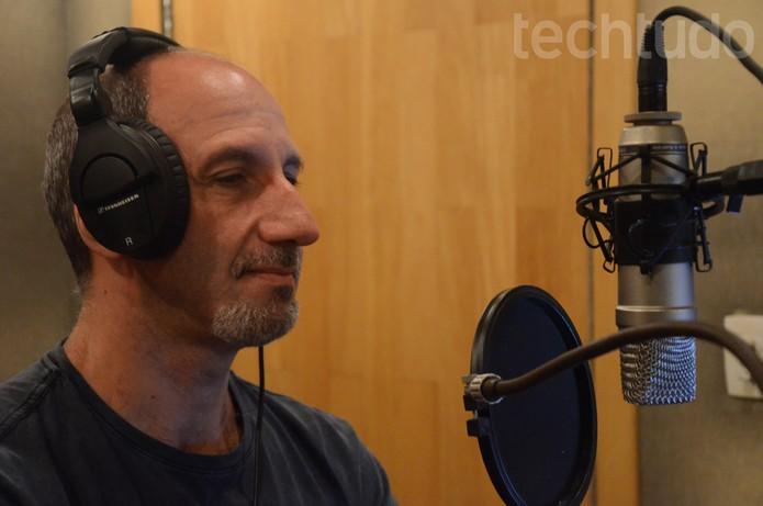 Márcio Simões dá a voz ao Coringa e ao Sinestro em Injustice: Gods among Us (Foto: Matheus Vasconcellos/ TechTudo)