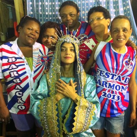Ana Cecília Costa posa no barracão de escola paulista (Foto: Divulgação)