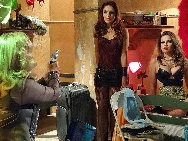 Irina aponta o revólver para Rosângela e Waleska (Foto: Salve Jorge/TV Globo)