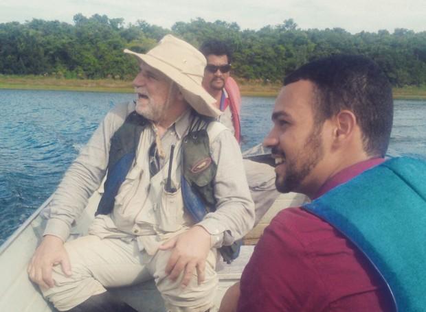 Repórter George Gonçalves durante entrevista com o pesquisador Francisco Barbosa, no Parque Estadual do Rio Doce (Foto: Tiago Lopes/Inter TV)