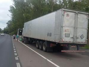 CAminhão transportava carga tóxica com alimentos  (Foto: PRF-RS/Divulgação)