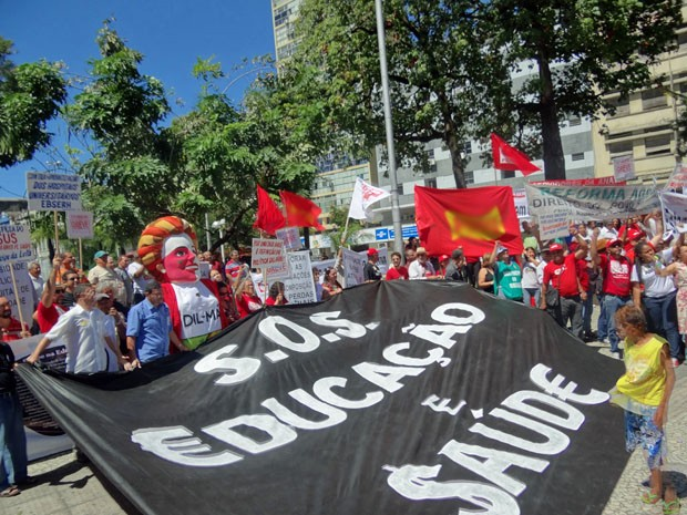 Servidores federais e manifestantes ocuparam a Praça da Independência, no Recife. (Foto: Katherine Coutinho / G1)