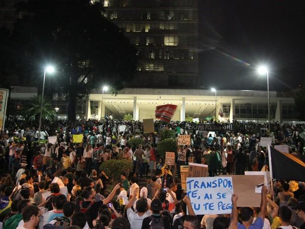 Manifestantes se enfrentam com a polícia nas proximidades da Prefeitura em Campinas (Foto: Gustavo Magnusson/G1)