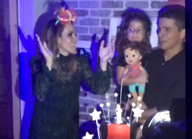 Fernanda Pontes canta 'Parabéns' ao lado do marido, o empresário Diogo Boni, e da filha mais velha, Maria Luiza, de 5 anos (Foto: Reprodução/Instagram)