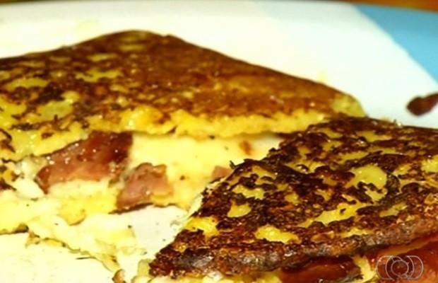 Aprenda como preparar a 'cachapa', considerada a panqueca venezuelana em Goiás (Foto: Reprodução/TV Anhanguera)