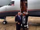 Rihanna viaja e posa ao lado de piloto