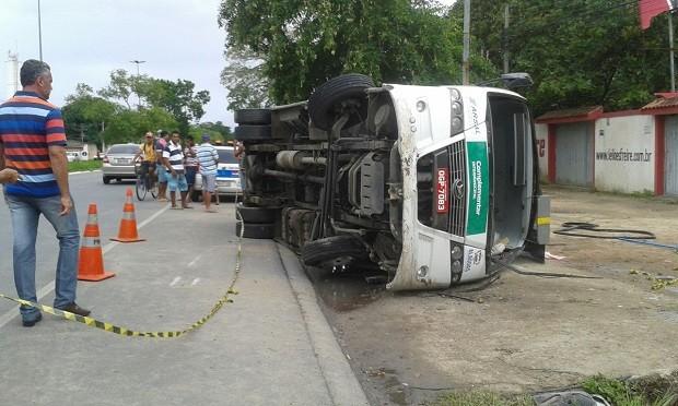 Micro-ônibus capotou na BR-104, em Rio Largo (Foto: Luis Vitor/G1)