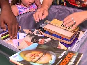 Publicações doadas para o banco de livros (Foto: RBSTV/Reprodução)