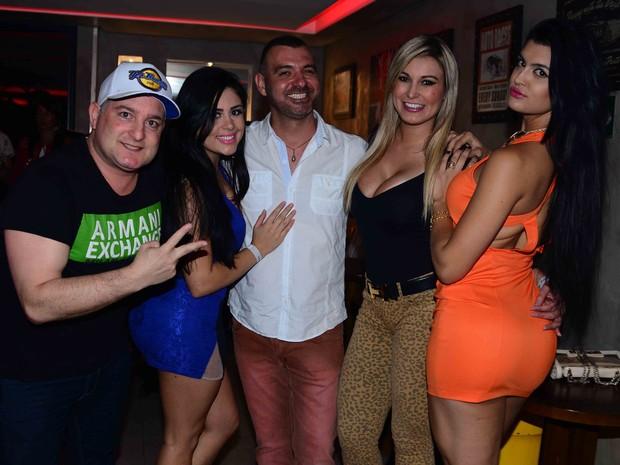 Ex-BBB Vagner comemora aniversário com Andressa Urach e mais amigos em bar em São Paulo (Foto: Leo Franco/ Ag. News)