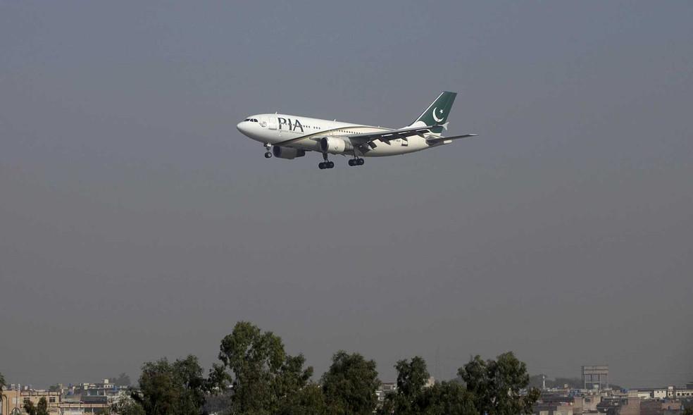 Avião da Pakistan International Airlines (PIA) em imagem de arquivo. Uma aeronave da companhia desapareceu dos radares após decolar  (Foto: Faisal Mahmood/Reuters)