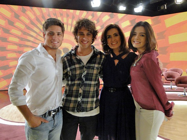 Atores tietam Fátima Bernardes (Foto: Encontro com Fátima Bernardes/TV Globo)