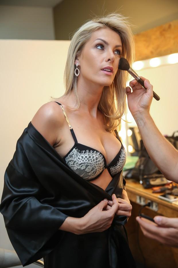 EGO - Ana Hickmann estrela campanha de lingerie e mostra corpo em ... 71d947cc55