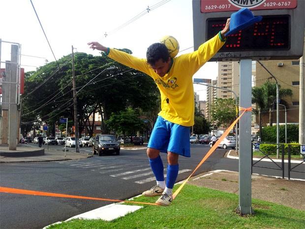 O artista circense Ian, de 36 anos, diz que o mais difícil é convencer público sobre seu trabalho (Foto: Rodolfo Tiengo/ G1)