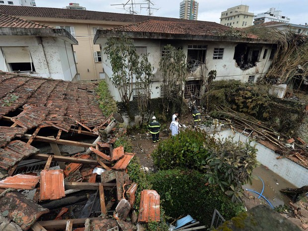 Buscas e trabalho de investigação seguem durante a manhã desta quinta-feira (14) após o acidente aéreo em Santos (Foto: Nelson Almeida/AFP)