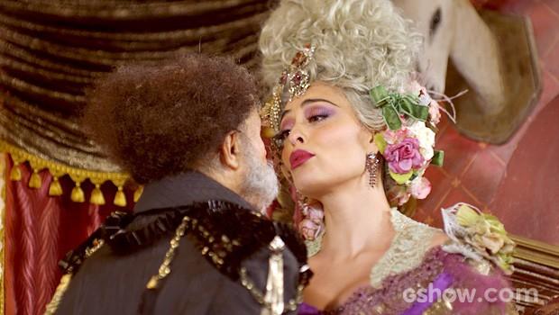 Catarina fica tão feliz que dá uma bitoquinha no marido (Foto: Meu Pedacinho de Chão/TV Globo)