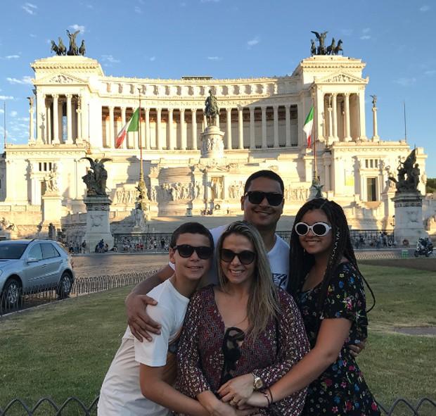 Carla Perez com a família (Foto: Reprodução/Instagram)