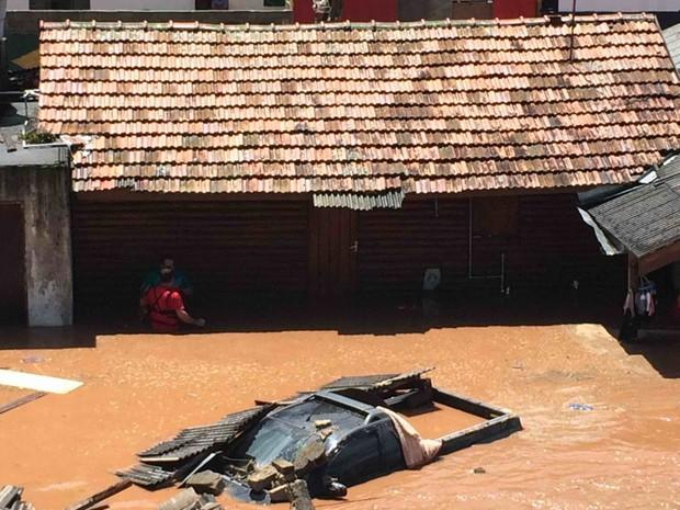 Chuva invade casas em Campos do Jordão (Foto: Janaína Moreira/Vanguarda Repórter)