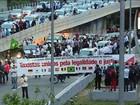 Prefeito de SP regulamenta o serviço Uber e taxistas protestam na cidade