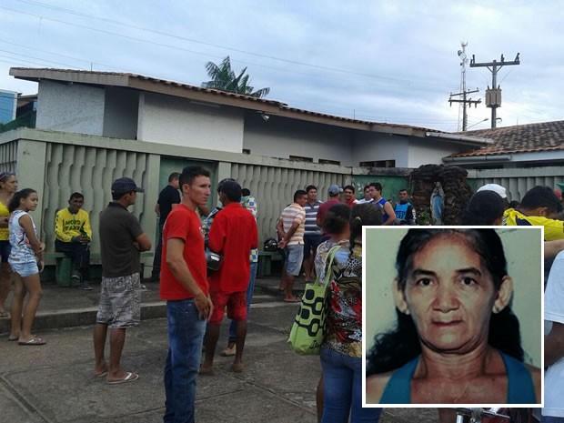 Populares se aglomeram em frente a casa onde ocorreu o crime (Foto: Frank de Oliveira/TV Tapajós)