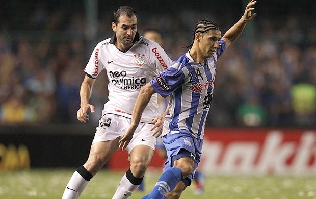 Danilo, Emelec x Corinthians (Foto: AFP)