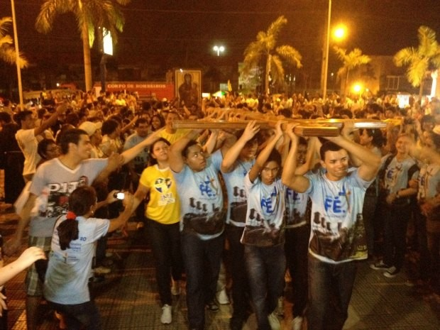 Jovens participaram da acolhida à cruz peregrina (Foto: Ivanete Damasceno/G1)