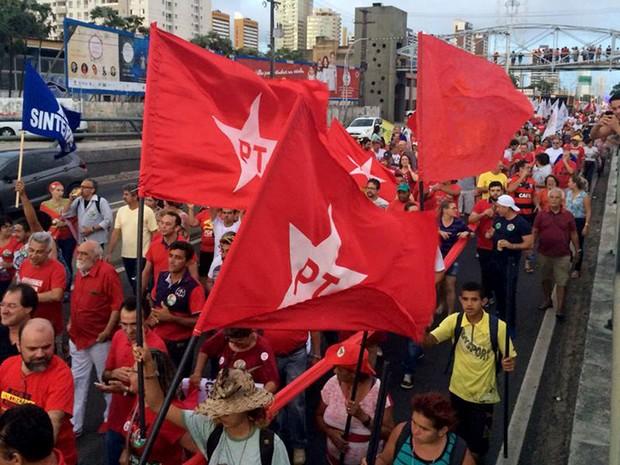 Com bandeiras do PT, grupo faz ato contra o impeachment da presidente Dilma em Natal (Foto: Renato Vasconcelos/G1)