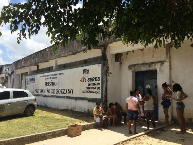 Presídio Frei Damião de Bozzano, no Complexo do Curado, foi palco de mais um tumulto neste domingo (27) (Foto: Thays Estarque/G1)