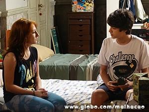 Vitor convence a irmã a não contar tudo (Foto: Malhação / TV Globo)