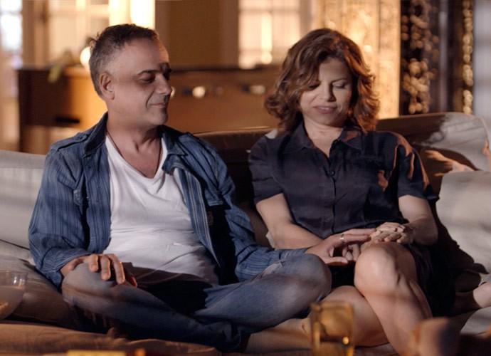 O produtor musical pega na mão da jornalista (Foto: TV Globo)