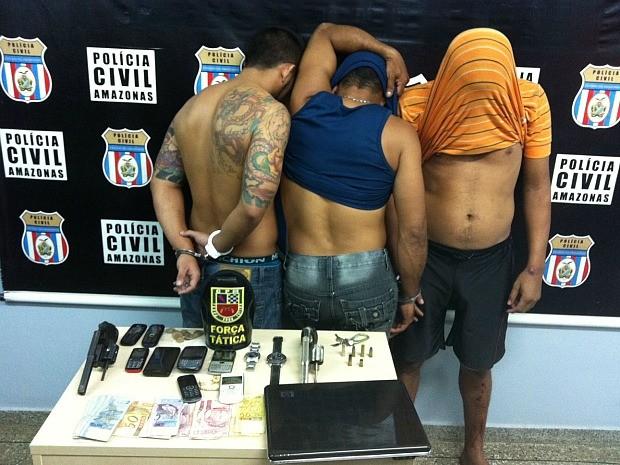 Suspeitos foram detidos após rastreamento de celular roubado (Foto: Tiago Melo/G1 AM)
