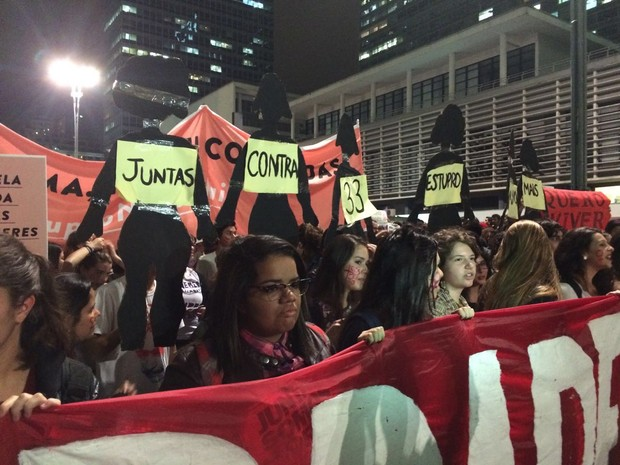 Manifestantes em SP fazem menção ao estupro de adolescente no RJ (Foto: Lívia Machado/G1)