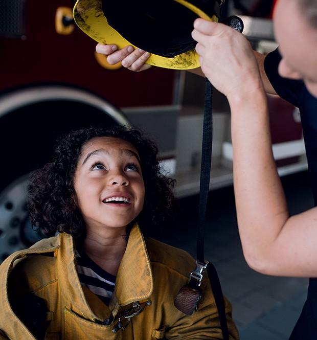 A surpresa da Maddie, 7, ao visitar um corpo de bombeiros pela primeira vez e descobrir que existem mulheres na profissão. (Foto: Kate T. Parker)