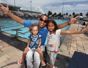 Adriano Lima, nadador potiguar, com as filhas durante etapa Natal do Circuito Brasil Paralímpico (Foto: Marcelo Regua/MPIX/CPB)