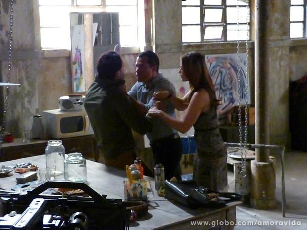 Bruno avança para cima de Valentin, achando que ele sabe sobre o paradeiro de sua filha (Foto: TV Globo)