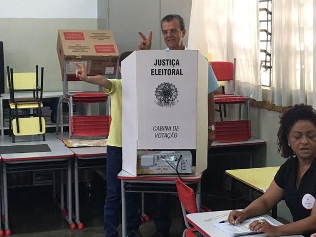 Dilador Borges (PSDB) durante votação em Araçatuba (Foto: Joabe Almeida/TV TEM)