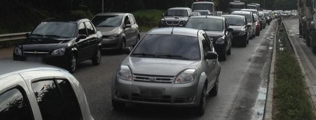 Por conta do deslizamento da BR-230, o trânsito ficou congestionado nas primeiras horas desta manhã  (Foto: Walter Paparazzo/G1)