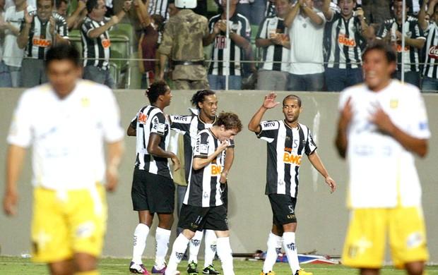 Ronaldinho Gaúcho e Jô comemoram gol do Atlético-MG (Foto: EFE)