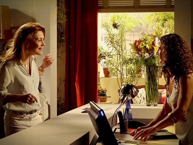 Ela se faz de amiga e engana a recepcionista do local (Foto: Avenida Brasil / TV Globo)