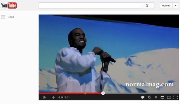 Kanye West anunciou gravidez de namorada Kim Kardashian durante show neste domingo (30) (Foto: Reprodução/YouTube)