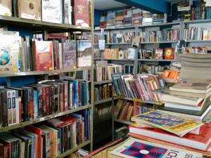 Sebo em Divinópolis oferece vários estilos literários aos consumidores (Foto: Ricardo Welbert/G1)