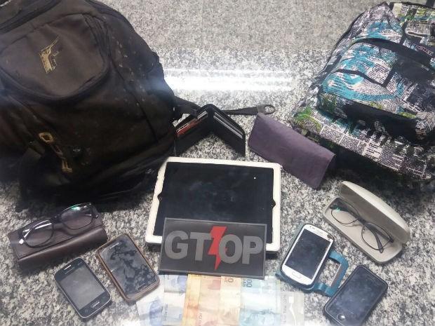 Polícia Militar apreende duas mochilas, carteiras, celulares, dinheiro e tablet de casal na Asa Norte, no DF (Foto: Polícia Militar/Divulgação)