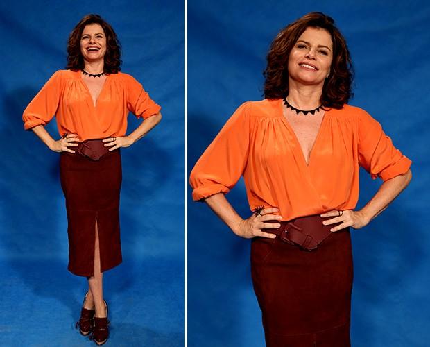 Débora Bloch se mostra supermoderna com a combinação de cores laranja e marrom! O look de blusa e saia midi com fenda foi complementado com cintão (Foto: Isabella Pinheiro/Gshow)